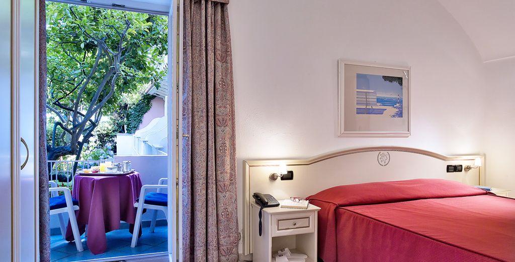 Installez-vous en chambre Standard avec balcon ou profitez d'un surclassement en chambre Confort selon période