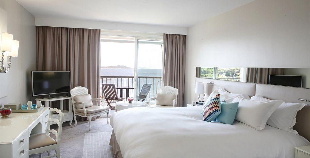 Hôtel haut de gamme 5 étoiles tout confort avec chambre double offrant une vue panoramique sur la méditerranée