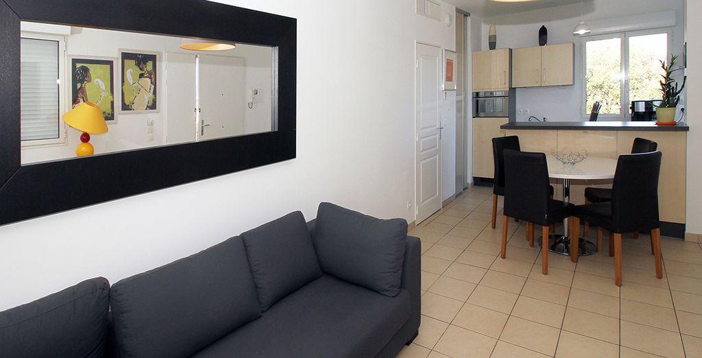 Un salon avec accès direct à la cuisine