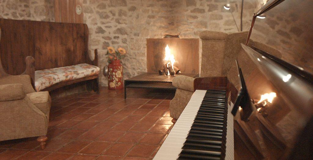 Le soir venu, rendez-vous dans le salon où en hiver vous pourrez profiter de la cheminée.