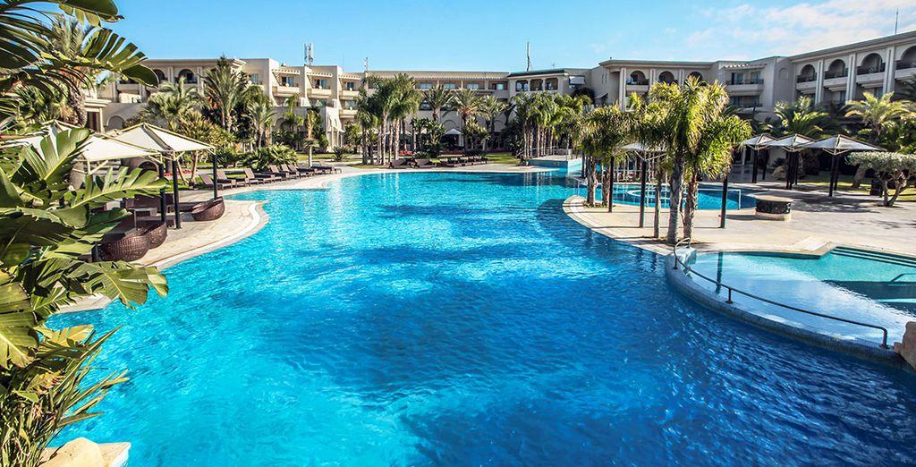Hôtel de luxe avec piscine et espace détente, idéal pour des vacances en amoureux ou en famille, Tunisie