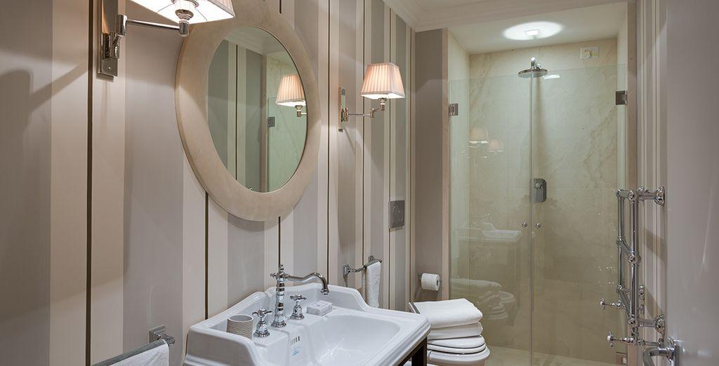 La salle de bains élégante et spacieuse
