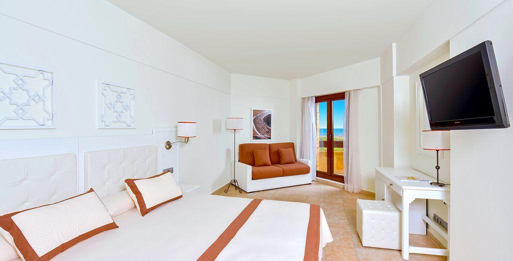 Vous séjournerez dans une chambre Vue Latérale Mer, spacieuse et moderne