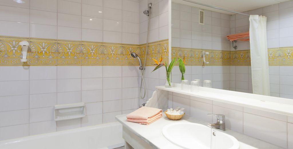 Rafraîchissez-vous dans son impeccable salle de bain