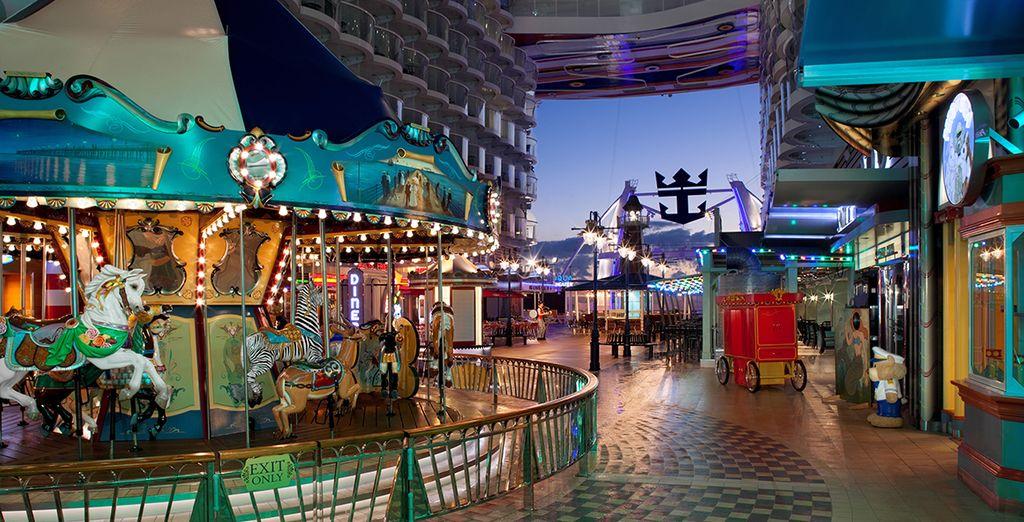 Amusez-vous et retombez en enfance dans ce véritable parc d'attraction flottant...