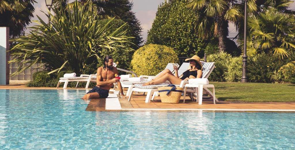 Pourquoi ne pas démarrer la journée par une petite pause rafraîchissante au bord de la piscine extérieure ?