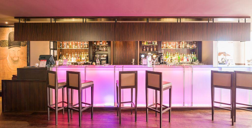 Après votre journée, sirotez un cocktail dans le bar lounge