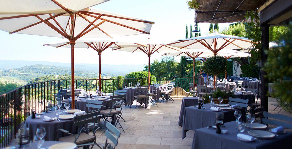 Lors d'un repas en terrasse avec vue sur le Mont Ventoux