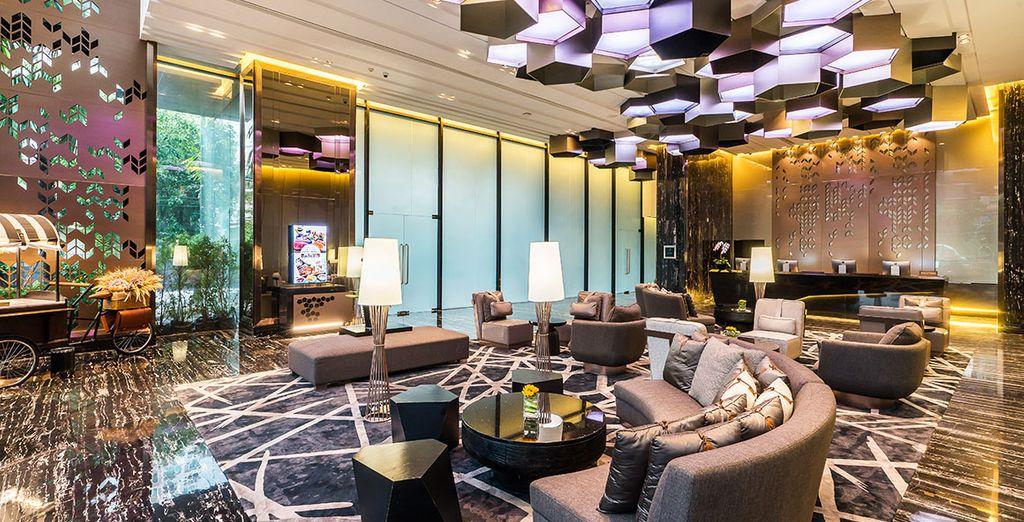 Etablissement haut de gamme à Bangkok avec canapés et espace détente