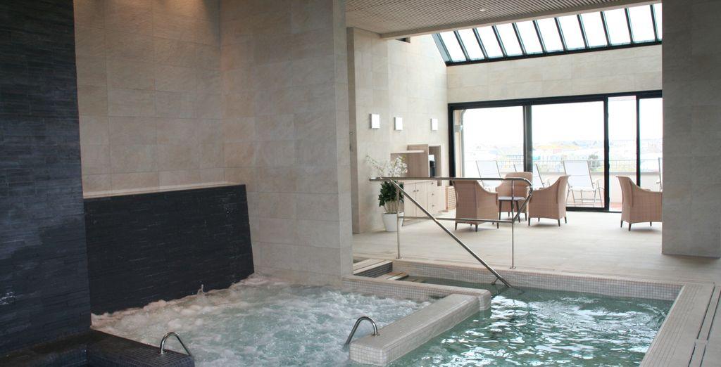 Piscine intérieure et spa au cœur d'un hôtel 4 étoiles à Saint Malo, une ville portuaire de Bretagne