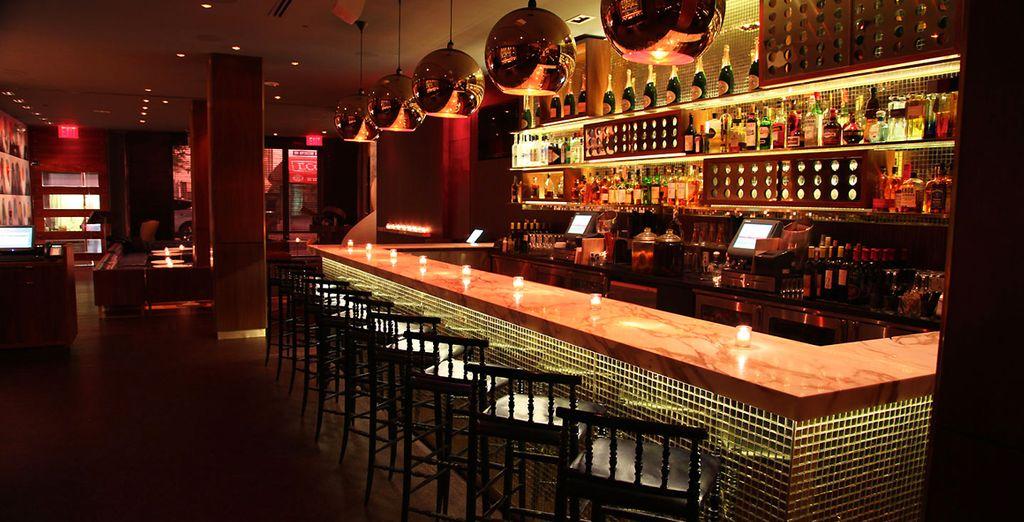 Sirotez un cocktail au bar tendance de l'hôtel