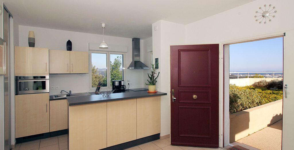 Une cuisine équipée ouverte sur le salon