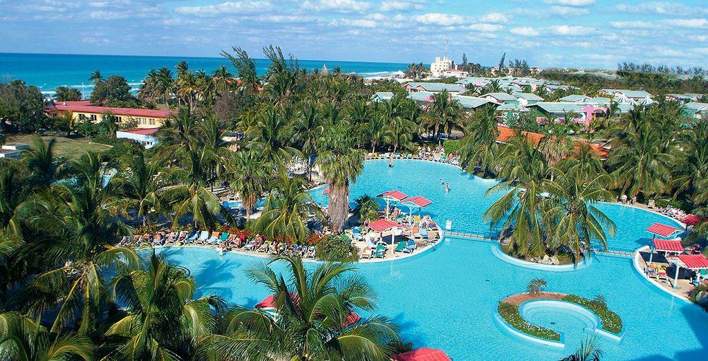 Et vous détendre dans l'immense piscine du resort
