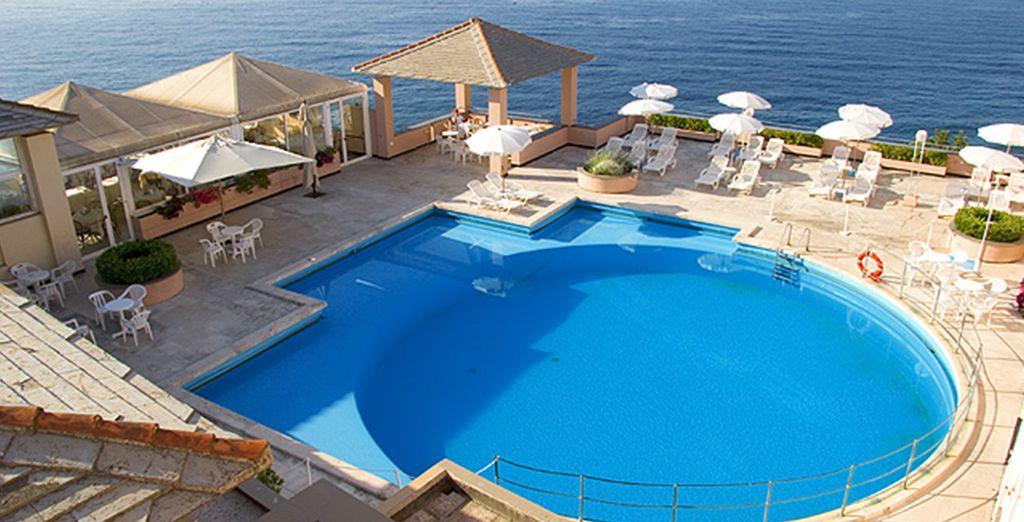 Et pourrez profiter de la piscine et de la plage privée de l'hôtel