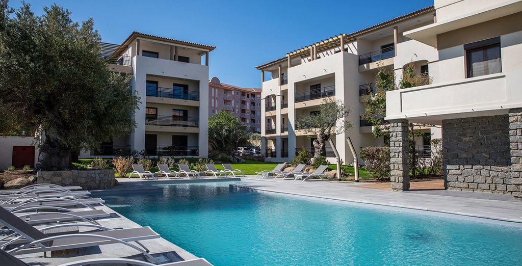 Hôtel de luxe tout confort, sélectionné par Voyage Privé, avec piscine et vue sur la mer méditerranée