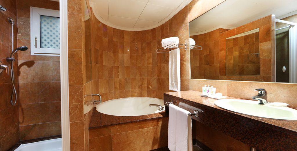 Équipée de sa salle de bain spacieuse