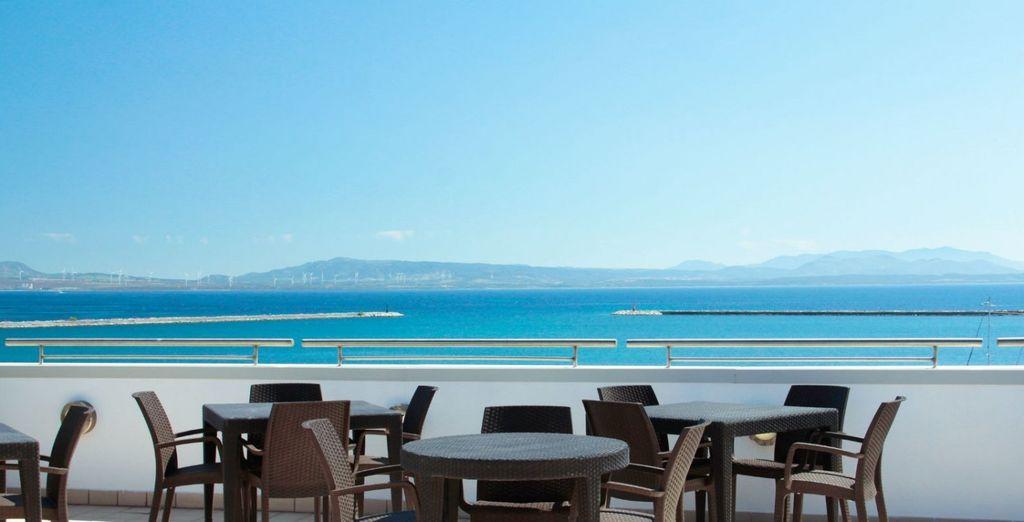 Al ritorno in hotel, sistematevi sulla terrazza del Lounge bar, che si trova sul tetto!