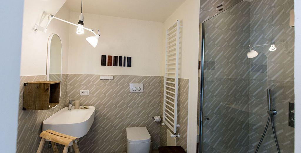Gli ambienti sono impreziositi da elementi di design e da arredamenti antichi curati nei minimi particolari