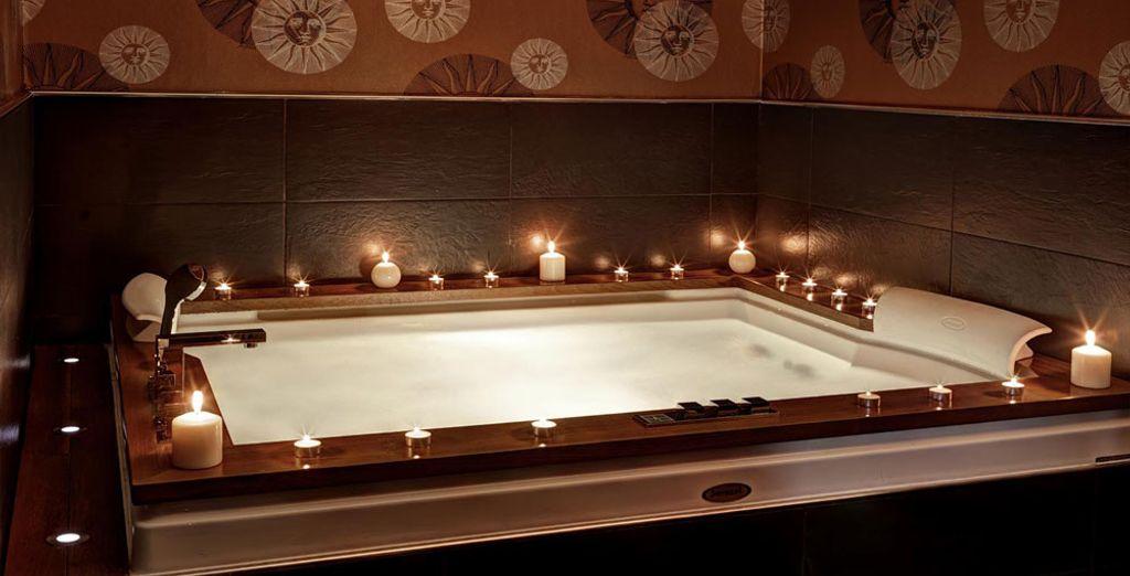 Nella Suite Jacuzzi potrete godervi il totale della vasca idromassaggio in una sistemazione riccamente ornata, per un'esperienza di puro piacere.
