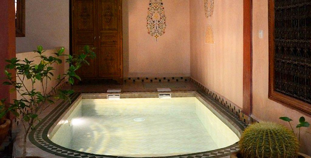 Concedetevi momenti di puro benessere nella bellissima piscina del Riad