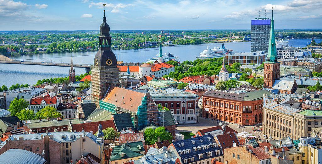 Fotografia della città di Riga e dei suoi monumenti, capitale della Lettonia, vista dall'alto