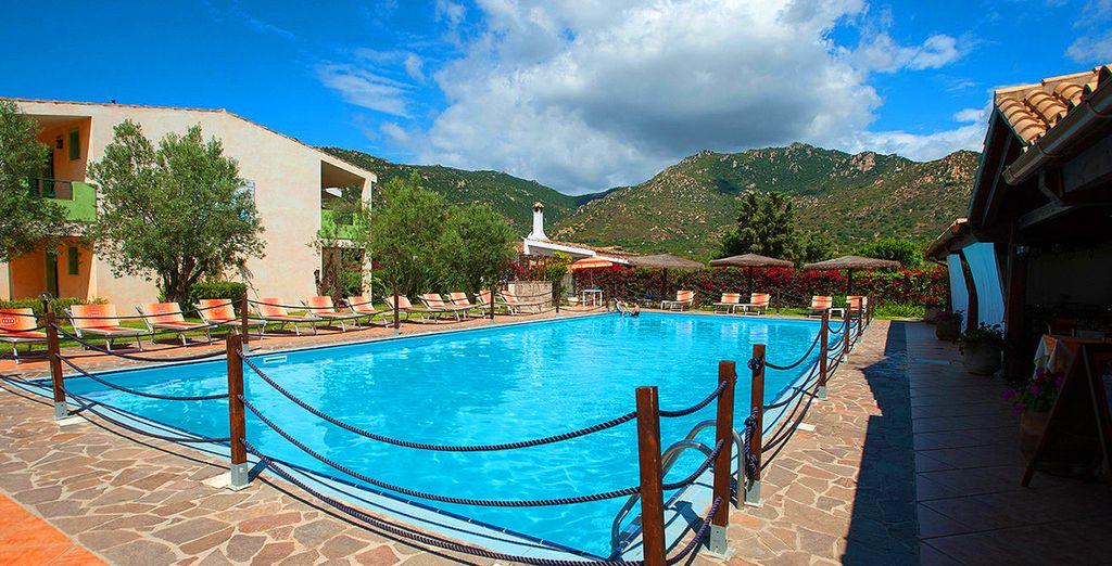 e rilassatevi comodamente su un lettino godendo del caldo sole della Sardegna