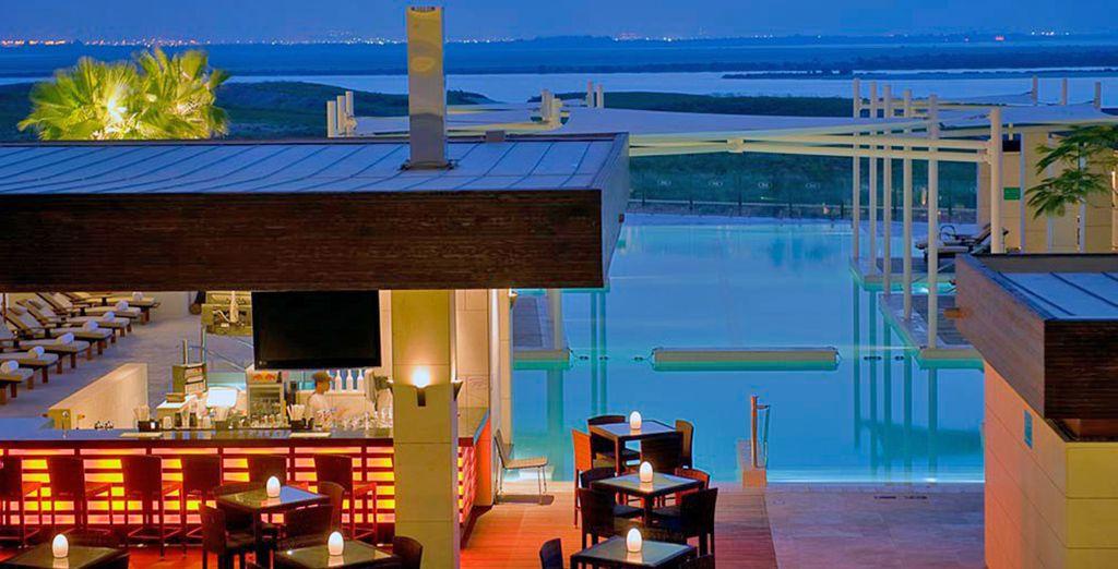 Potrete inoltre gustarvi il vostro drink preferito in uno dei bar dell'hotel, anche con vista sul paesaggio circostante