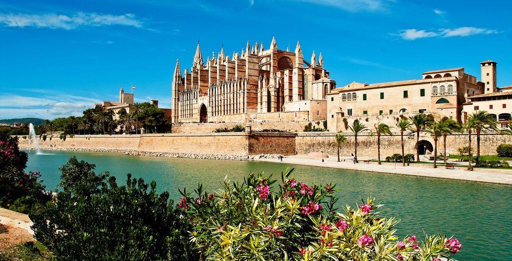 Fotografia della città di Palma di Maiorca e del suo monumento storico: la cattedrale di Palma di Maiorca