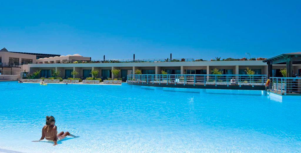 la piscina é l'ideale per prendere il sole