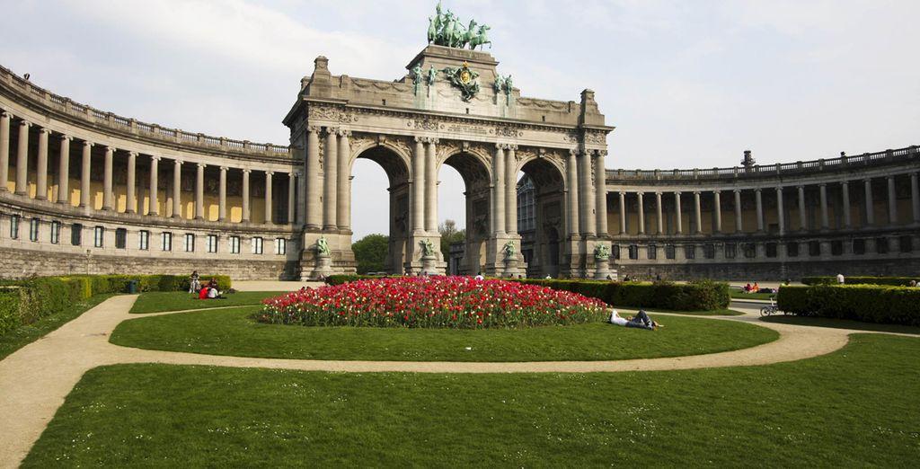 Fotografia del parco del Cinquantenario, tra fiori, fontane e musei d'arte a Bruxelles