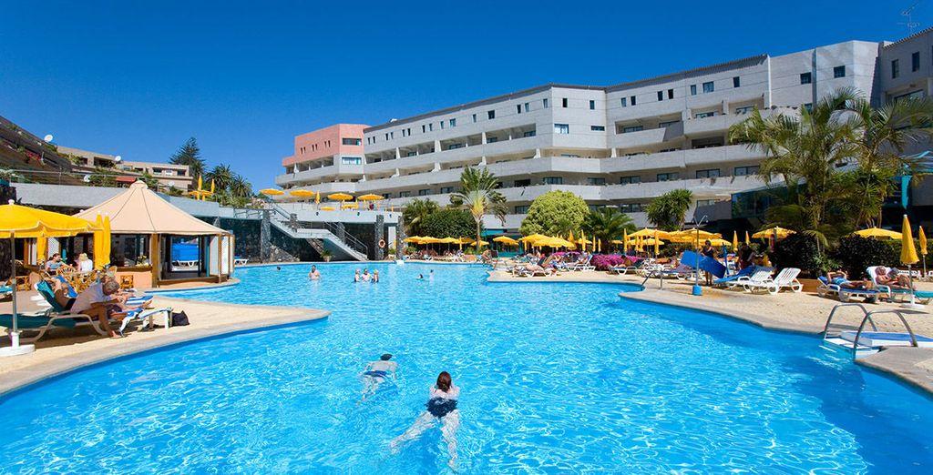 Relax e divertimento nell'ampia piscina all'aperto