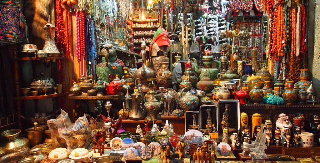 con i suoi souk vivaci e ricchi di profumi e colori