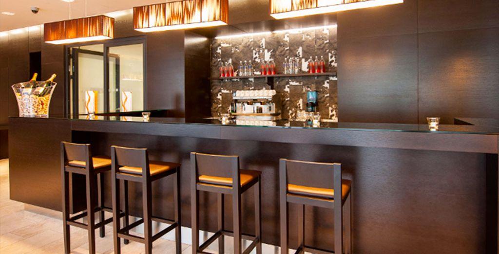 O rilassarvi con un cocktail presso il bar dell'hotel