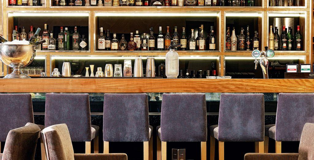 Sorseggiare ricercati cocktail nell'elegante Kando Bar