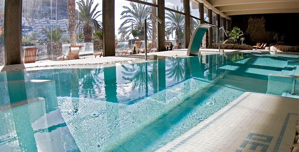 con ampia piscina interna e jacuzzi