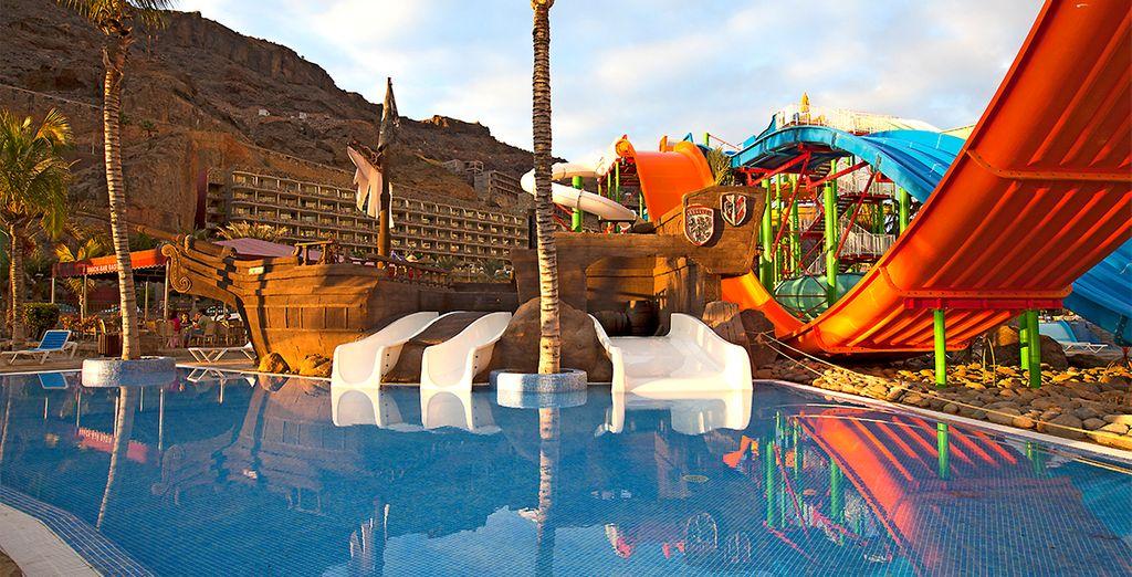 divertirvi sugli scivoli d'acqua del parco acquatico Lago Oasis