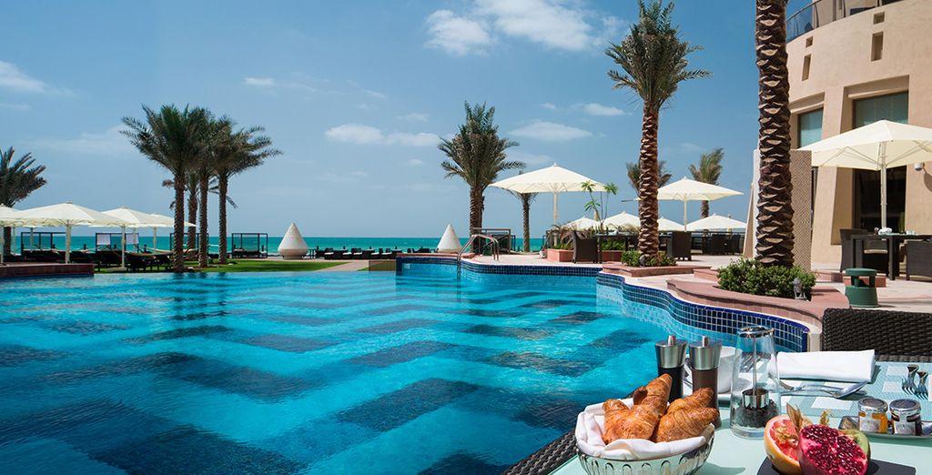 Fate una ricca colazione a bordo piscina