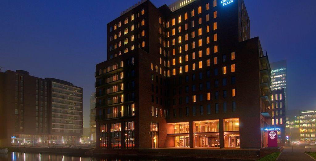 Questo moderno hotel vi accoglie a braccia aperte