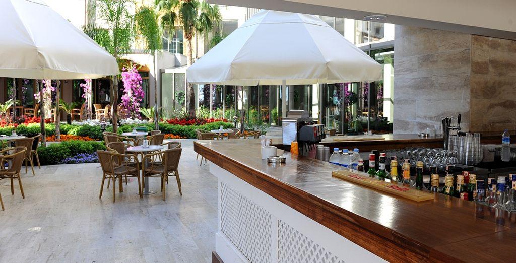 Assaporate un drink al bar Terrazza
