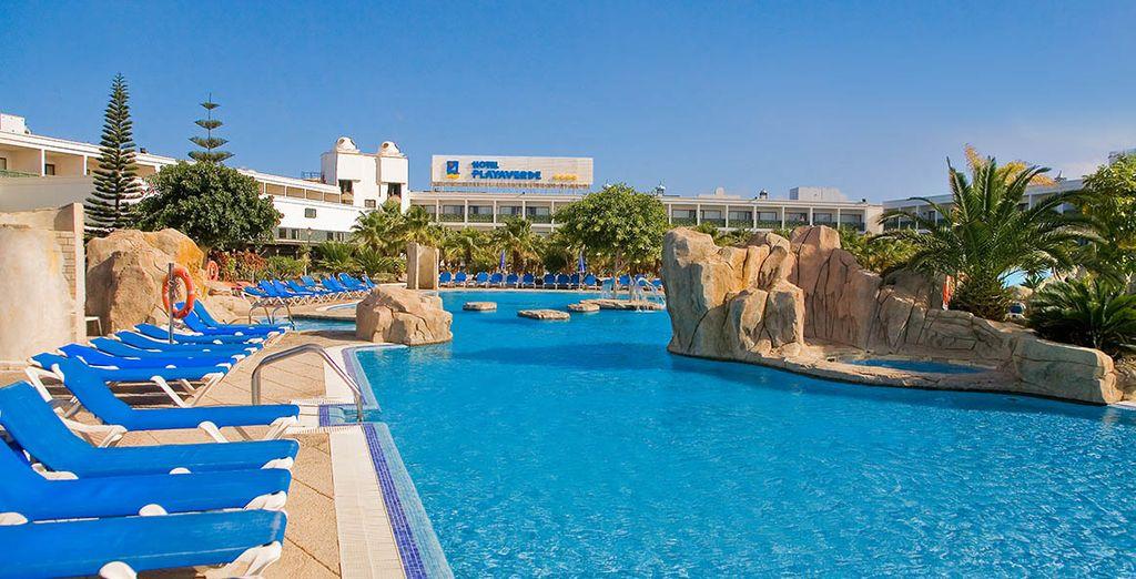 Godetevi l'ottimo clima sdraiati a bordo piscina