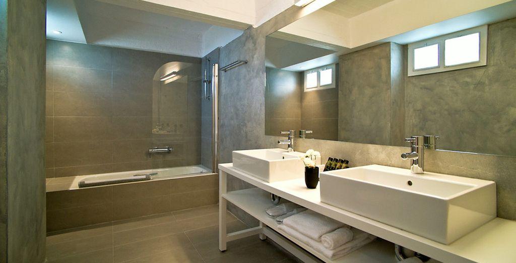 Con un elegante e spazioso bagno