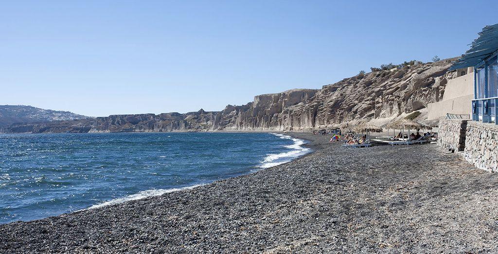 La splendida spiaggia di Vlychada vi attende