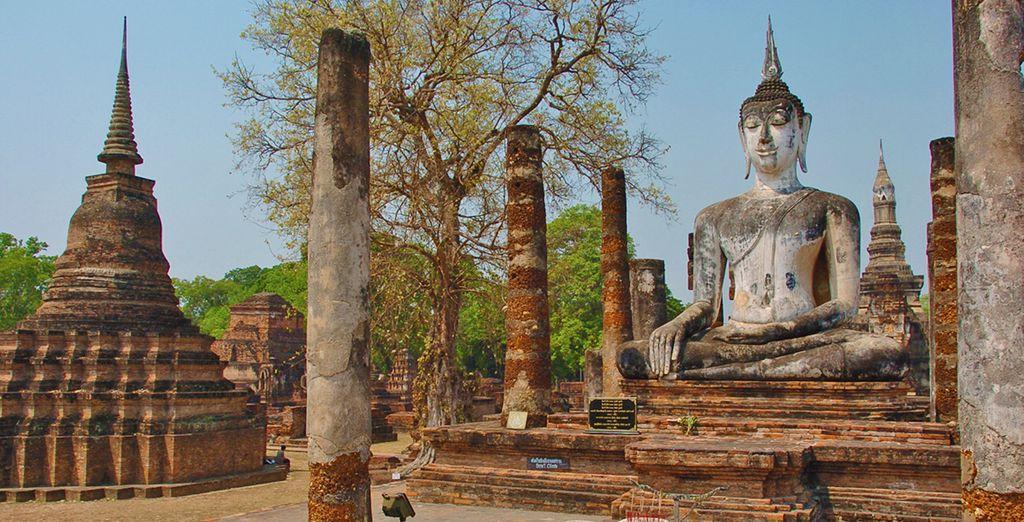 Vi sentirete piccoli di fronte al budda del Historical Park di Sukhothai