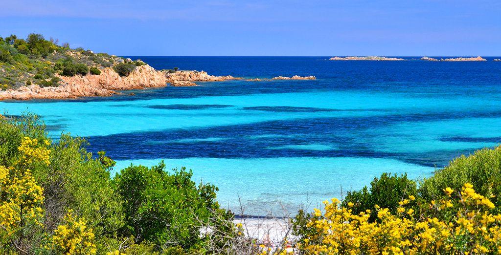 Fotografia di Porto Rotondo, delle sue coste rocciose e delle sue acque turchesi in Sardegna