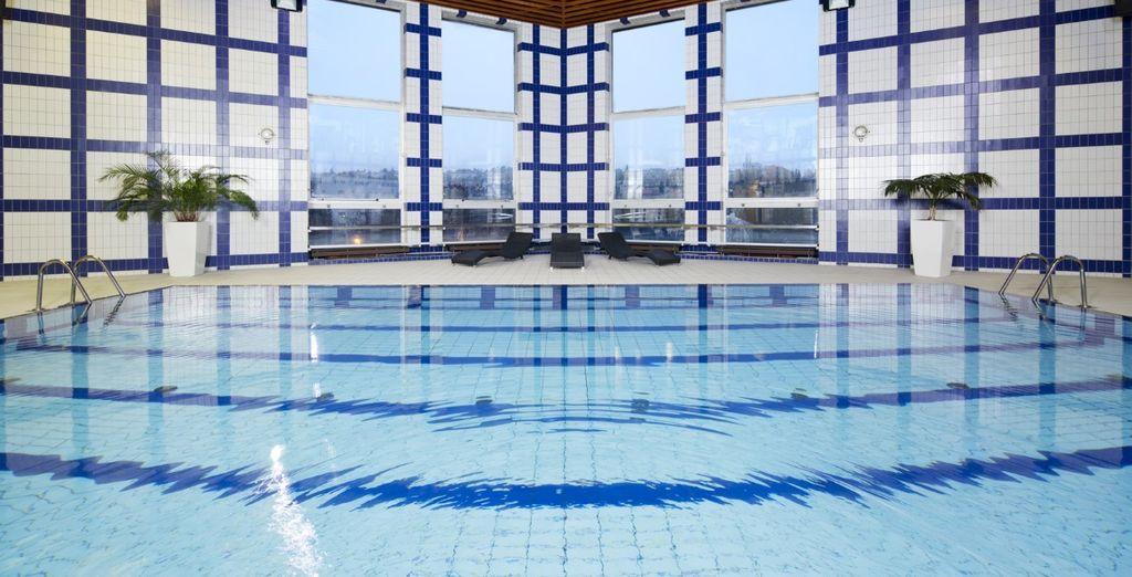 A vostra disposizione un'ampia piscina coperta alla quale accedere gratuitamente
