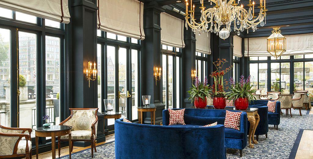 Fermatevi e gustatevi un te nel bellissimo Amstel Lounge con vista sul fiume Amstel
