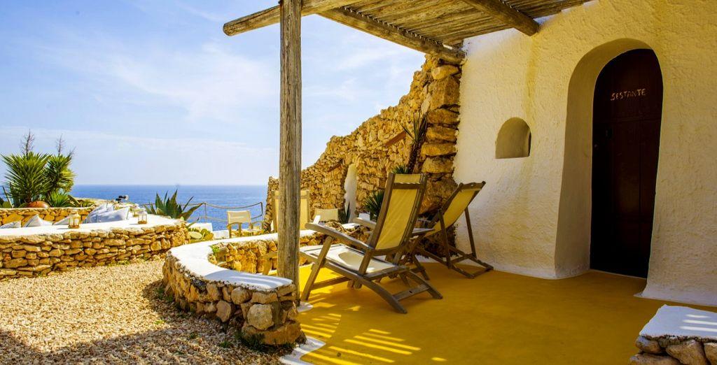 Accomodatevi nei caratteristici dammusi, strutture architettoniche tipicamente siciliane arredate in stile etnico