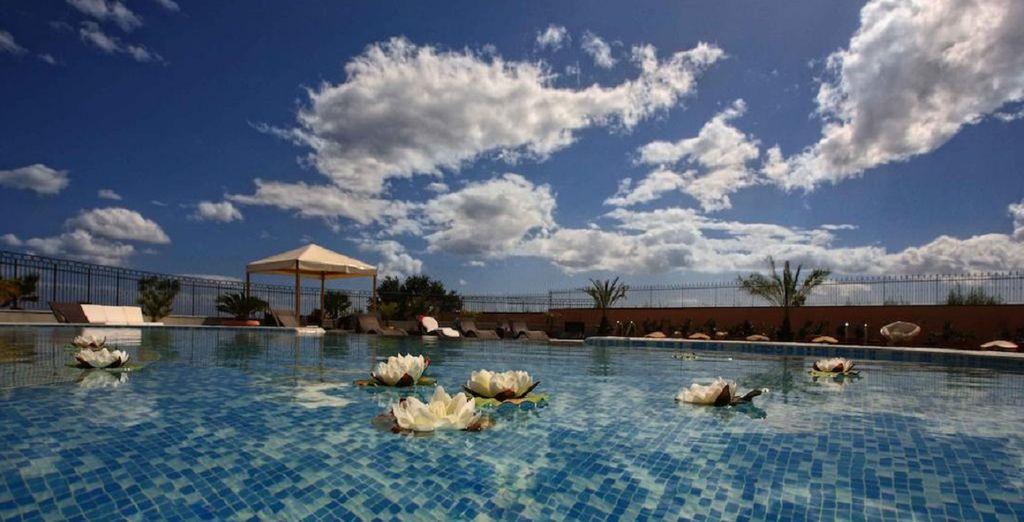 La piscina dell'hotel vi attende per trascorrere ore di piacere