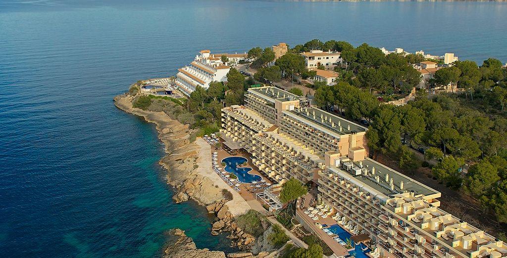 In una località d'eccezione vi accoglierà il lussuoso IBEROSTAR Suites Hotel Jardin del Sol 4* per soli adulti