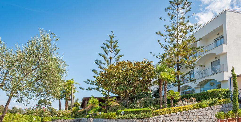Moderna struttura immersa nella rigogliosa vegetazione mediterranea